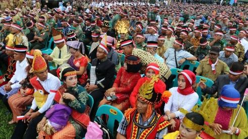 Ratusan warga dan prajurit TNI mengenakan ikat kepala merah putih dan pakaian adat, ketika menghadiri kegiatan Silaturahmi Nusantara Bersatu, di Medan, Sumatera Utara, Rabu (30/11).