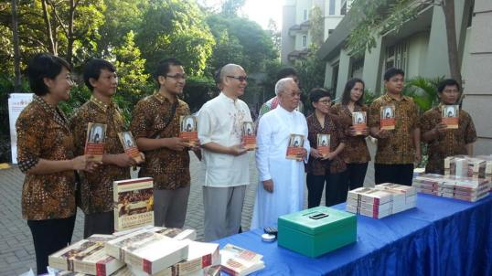 Rm Petrus Simon Lili Tjahjadi mendampingi Rm Suto saat peluncuran bukunya