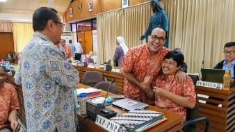 Mendapat ucapan selamat dari Kardinal Ignatius Suharyo sesaat setelah terpilih menjadi Sekretaris Eksekutif KWI