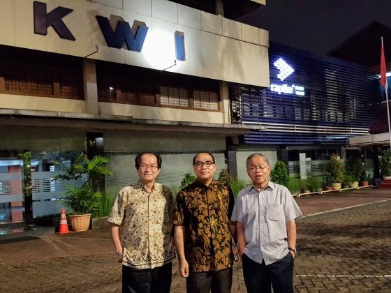Direksi Kantor KWI di depan Kantor KWI Jalan Cut Meutia 10, Menteng, Jakarta Pusat, 20 Februari 2018