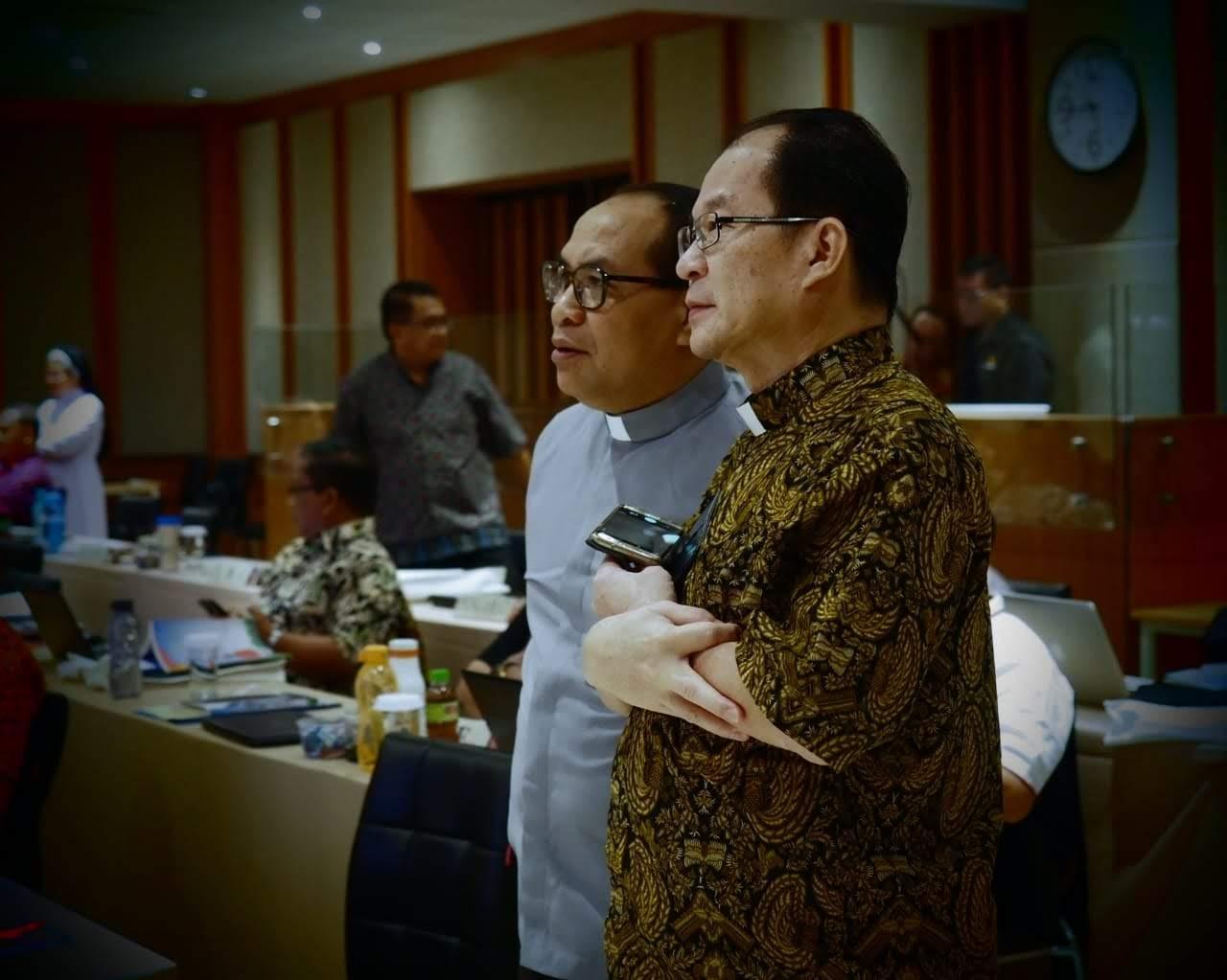 Dua dari tiga Direksi Kantor KWI dalam Sidang Tahunan KWI di Gedung Puspas Bumi Silih Asih, Jalan Moh. Ramdan, Bandung (Rabu, 6 Nov 2019)